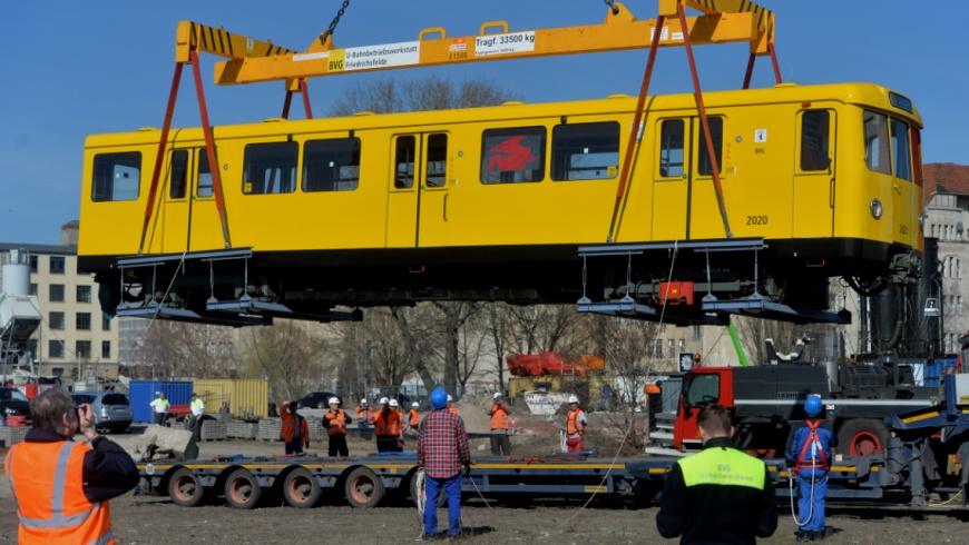 """U-Bahn Typ """"Dora"""" am Kranhaken"""