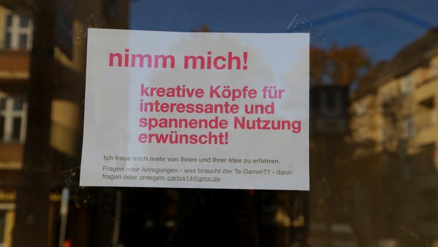 """Zettel im Schaufenster: """"""""Nimm mich!"""""""