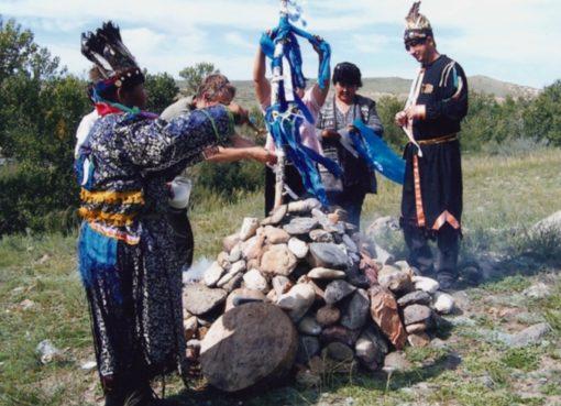 Burjatische Schamanen weihen einen Obo