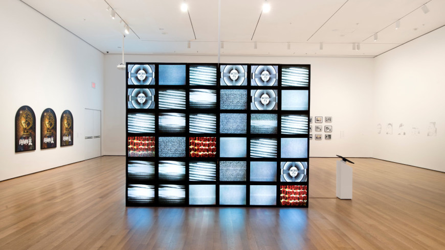 Adrian Piper, Mauer, 2010. Video Installation