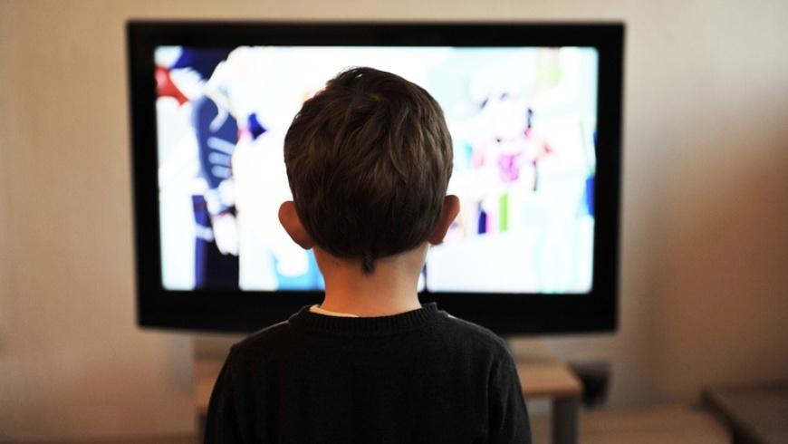 Kind vor dem TV-Gerät