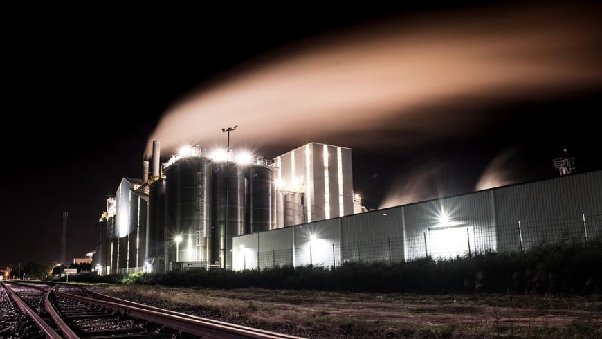 Industrieanlage mit nächtlicher Rauchgasemission