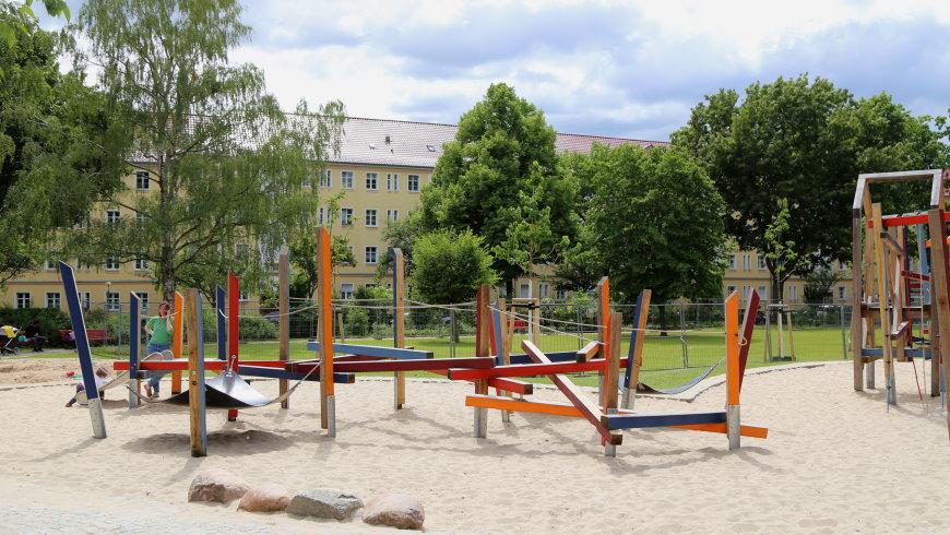 Alarichplatz: Balancier- und Kletterlandschaft für Kleinkinder mit Rutsche - Foto: Michael Springer