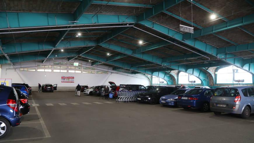 Parkdeck im T-Damm Center mit 80 Stellplätzen und Fahrstuhl zur Mall - Foto: tsz