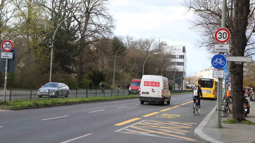 Tempo 30 mit Koexistenz von Radfahrenden, PKW, Lieferwagen und BVG-Bus - Foto: tsz