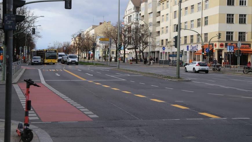 Fahrradstreifen und Busspur verbinden sich ab Alt-Tempelhof - Foto: tsz