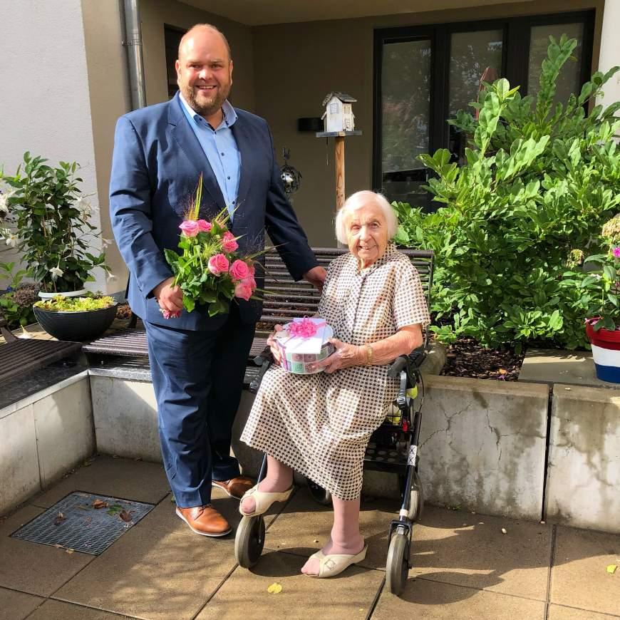 Bezirksstadtrat Matthias Steuckardt (links) gratuliert Hildegard Arndt (rechts) zum 106. Geburtstag - Foto: © Seniorenarbeit Tempelhof-Schöneberg