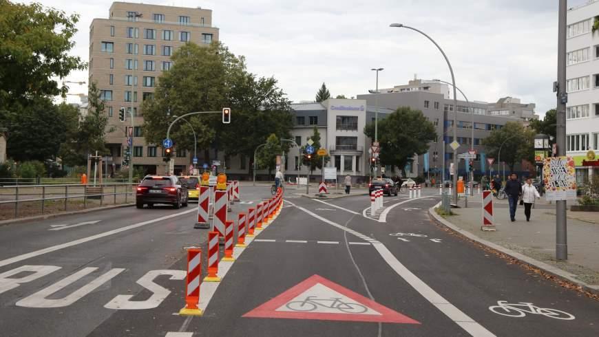 Radstreifen Bülowstraße an der Kreuzung Karl-Heinrich-Ulrichs-Straße - Foto: © Michael Springer